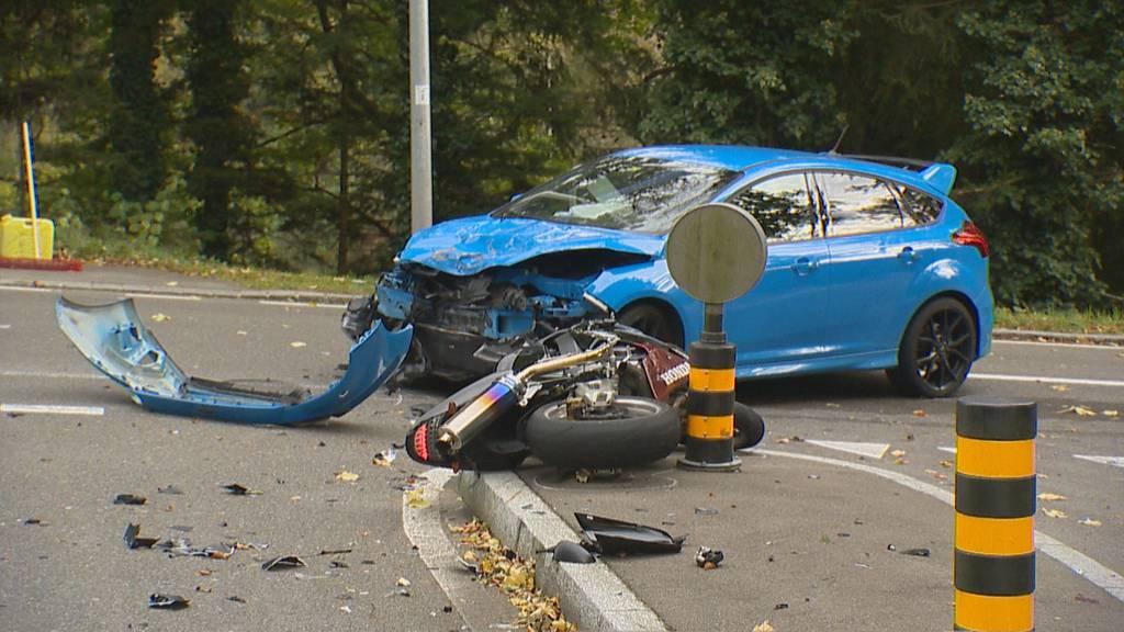 Töfffahrer kracht in Auto und wird schwer verletzt