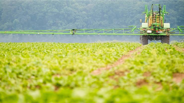 Pflanzenschutzmittel werden hektoliterweise versprüht. Klagen wegen Gesundheitsschäden könnte die Hersteller Millionen kosten.
