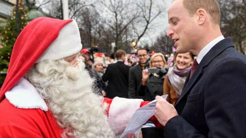 Prinz William übergibt dem Weihnachtsmann die Wunschliste seines Sohnes