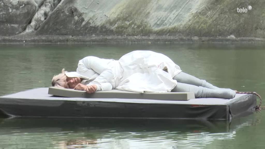 Künstlerin treibt 24 Stunden vor dem Löwendenkmal im Wasser