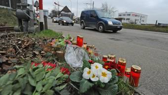 Blumen und Kerzen erinnern am Unglücksort beim Bahnübergang in Oftringen an den tödlichen Unfall.