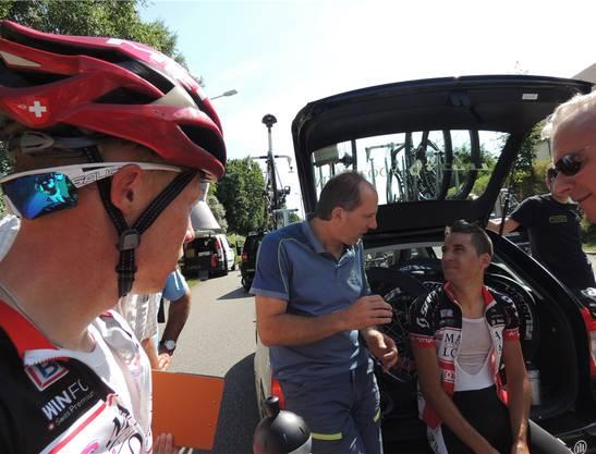 Analyse: René Stüssi bespricht mit seinen Fahrern das Rennen.