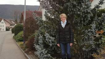 Olivia Meister-Schaad vor dem Weihnachtsbaum im Dorfkern von Laupersdorf, wo ab 2017 an den Kandelabern die Weihnachtsbeleuchtung erstrahlen soll.
