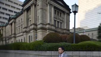 Die Bank von Japan legt sich auf Niedrigzins bis ins Jahr 2020 fest. (Archiv)