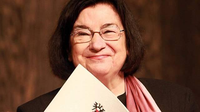 Christa Wolf mit dem Preis in Lübeck