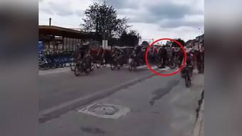 Gemütlich schiebt dieser Fan sein Velo über den Zebrastreifen. Als plötzlich das Fahrerfeld auf ihn zurast.