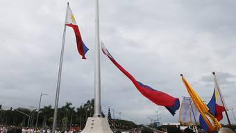 Philippinische Flaggen im Wind: ob auch sie erneuert würden, falls die Philippinen in Maharlika umgetauft würden, ist offen. Die Umbenennung, die Präsident Duterte gerne möchte, stösst nicht gerade auf Begeisterung im Land.