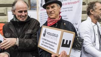 Der Verein Monetäre Modernisierung (MoMo) hat am Dienstag bei der Bundeskanzlei die Vollgeld-Initiative mit über 110'000 Unterschriften eingereicht. Die Schweizerische Nationalbank, SNB, soll als einzige Bank Geld produzieren dürfen. Neben Münzen und Banknoten soll die SNB künftig auch elektronisches Geld verwalten, verlangt die Initiative.