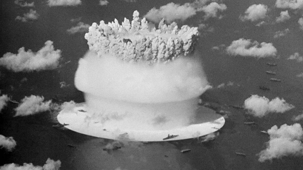 Filmstill aus «Cossroads» von Bruce Conner (1976): Schön und apokalyptisch - Atombombenversuch beim Bikini-Atoll.