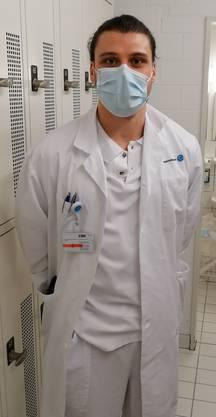 Covid-19-Hilfsunterassistent am Kantonsspital Aarau: HSC-Torhüter Dario Ferrante in Arztkittel und mit Mundmaske.