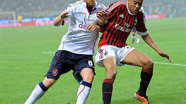 Milans Urby Emanuelson (r.) im Duell mit Davide Biondini