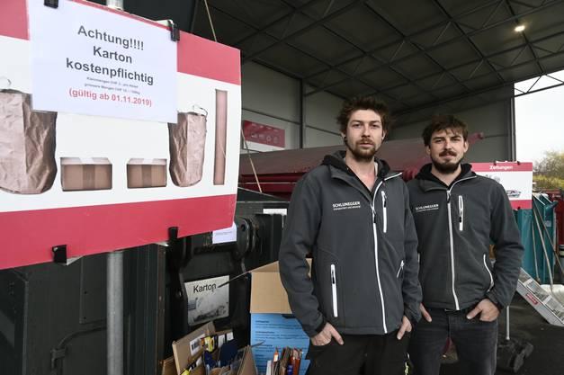 Michael (links) und Simon Schlunegger bedauern, dass sie in ihrem Recyclingwerkhof Gebühren für Karton erheben müssen.