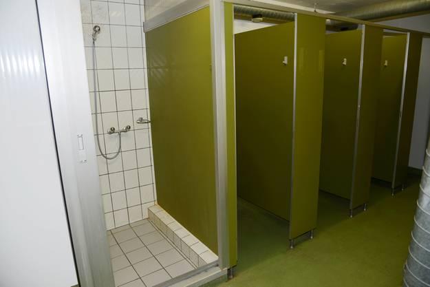 Es hat eine schnale Duschkabine mit zwei Duschen, aber ohne Abtrennung