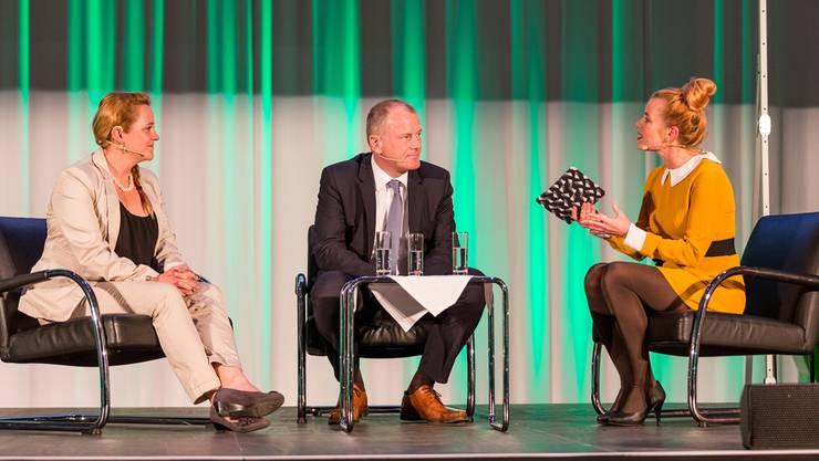 Die Badener Einwohnerratspräsidentin Stefanie Heimgartner und der Aargauer Landammann Stephan Attiger im angeregten Gespräch mit Moderatorin Claudia Faes.