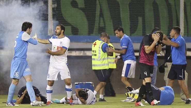 Wenn Anorthosis Famagusta gegen den Rivalen Omonia Nikosia spielt, geht es meistens heiss zu und her.  Dieses Bild aus dem Jahr 2012 steht symbolisch für die Probleme des zypriotischen Fussballs.