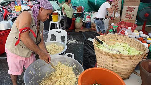 Regierungsgegner bereiten Essen für Protestierende vor