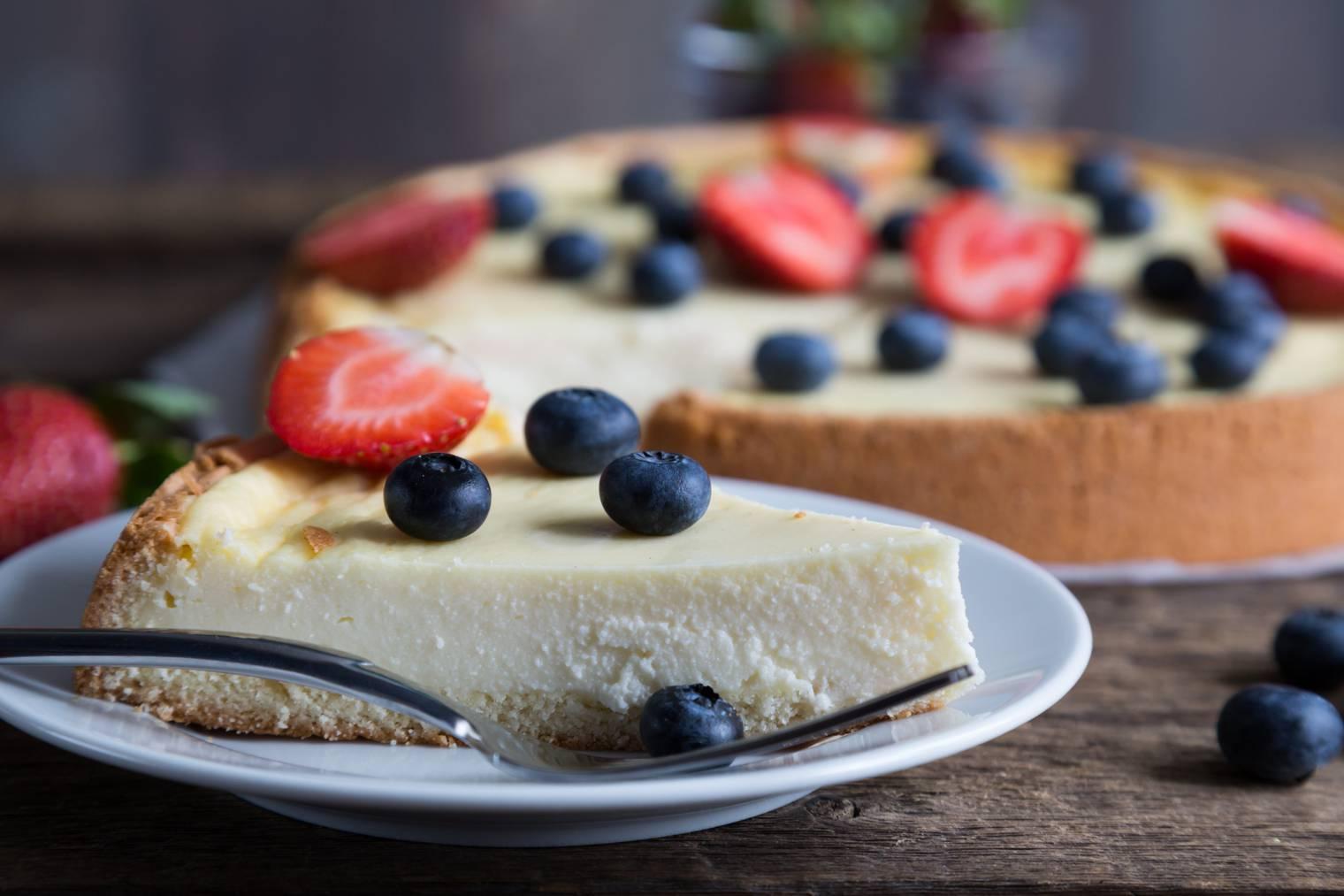 Cheesecake mit frischen Beeren - oder Äpfeln, wer es saisonaler mag. (Bild: istock)