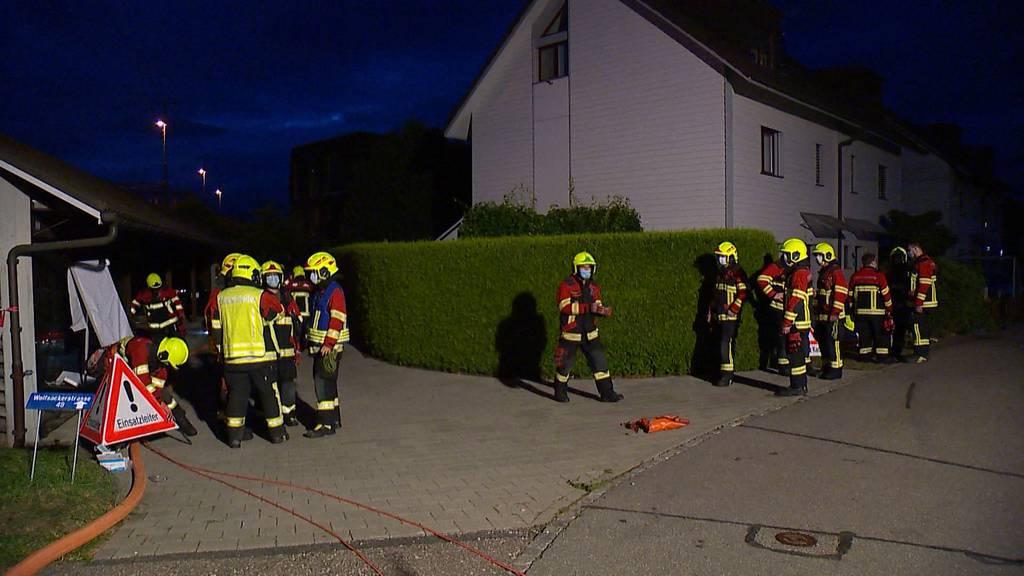 Schock für Nachbarn: In Lenzburg liegt ein Mann mit schweren Verbrennungen vor dem Haus
