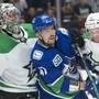 Für Sven Bärtschi (Bildmitte im Trikot der Vancouver Canucks) findet sich nach wie vor kein NHL-Abnehmer