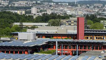 Blick auf die Dächer der ETH Lausanne, auf denen Solarzellen installiert wurden