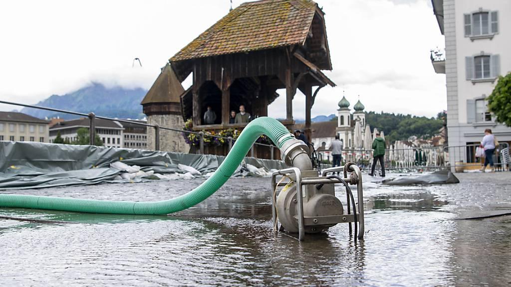 Die Kapellbrücke ist eine der Reussüberquerungen, die in Luzern gesperrt werden. (Archivaufnahme)