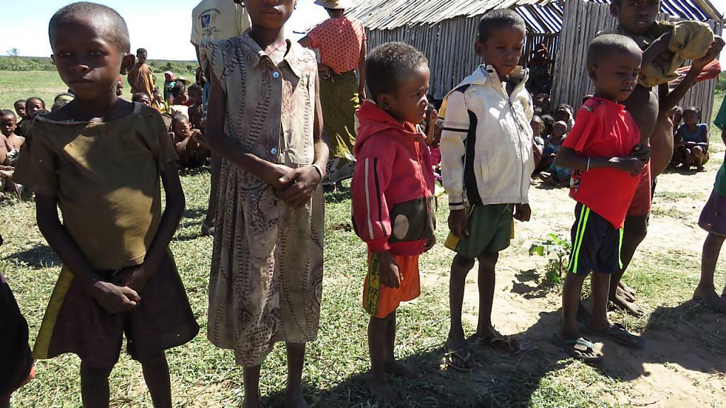 HANDOUT - Mangelernährte Kinder in der Gemeinde Shanamaro im Süden von Madagaskar. Foto: Fenoarisoa Ralaiharinony/Welternährungsprogramm WFP/dpa - ACHTUNG: Nur zur redaktionellen Verwendung im Zusammenhang mit der aktuellen Berichterstattung und nur mit vollständiger Nennung des vorstehenden Credits