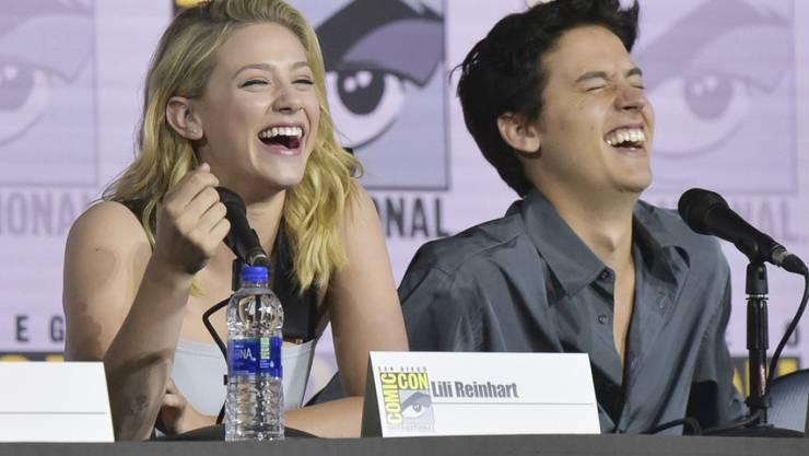 """Sind sie noch zusammen oder nicht? Die """"Riverdale""""-Schauspieler Lili Reinhart (links) und Cole Sprouse haben auf Trennungsgerüchte geheimnisvoll reagiert. (Archivbild)"""