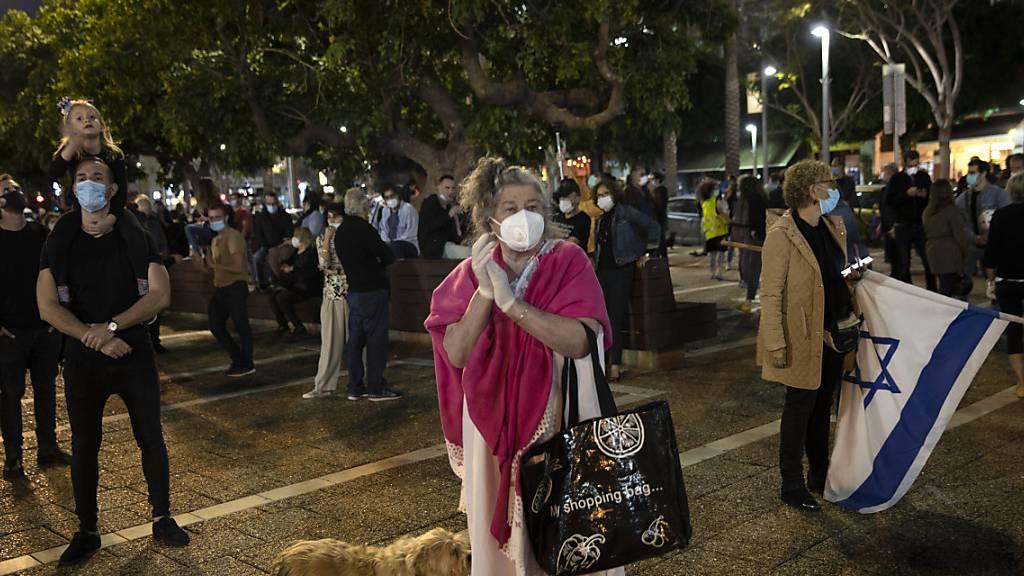 Israelis demonstrieren mit Masken und Abstand gegen Netanjahu