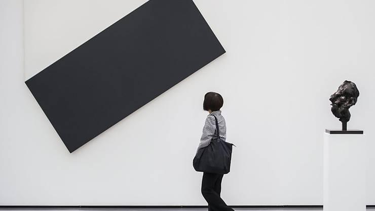 """Ellsworth Kellys """"White Triangle with Black"""" in der Ausstellung der Sammlung von Hubert Looser im Kunsthaus Zürich (Aufnahme vom Juni 2013)."""