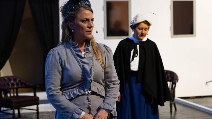 Hauptprobe der Gäuer Spielleute «Emma und die Titanic»: Die französische Sängerin «Ninette» (im Vordergrund) und ihre Zofe Emma Sägesser aus Aarwangen.