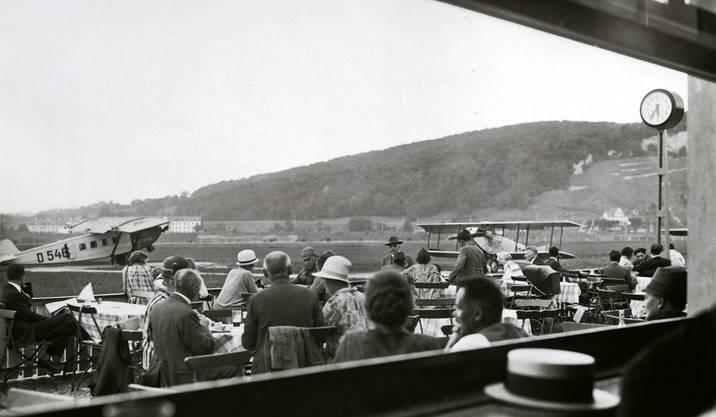 Das Restaurant auf dem Flugplatz im Jahr 1934. Vom Tisch aus liess sich der Flugbetrieb hautnah mitlerleben, so manch Sonntagsausflug führte damals aufs Sternenfeld. Zu sehen ist eine Dornier Komet III, genannt «Hyäne».