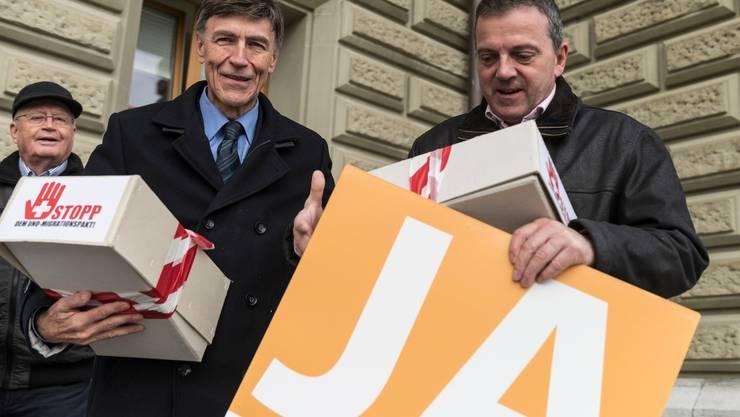 Gegner des UNO-Migrationspakts – im Bild die Auns-Mitglieder Luzi Stamm und Walter Wobmann (r.) – reichen vor gut einem Jahr in Bern eine Petition ein.