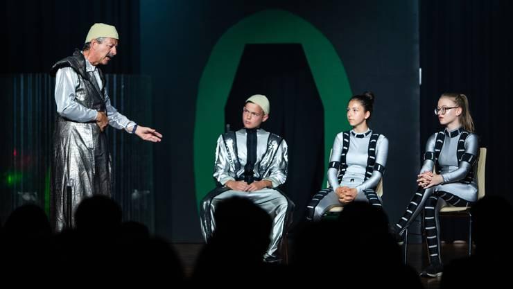 Der Geschichtslehrer Peter Nef spielt in der Theateraufführung ebenfalls einen Lehrer – allerdings einen ausserirdischen.