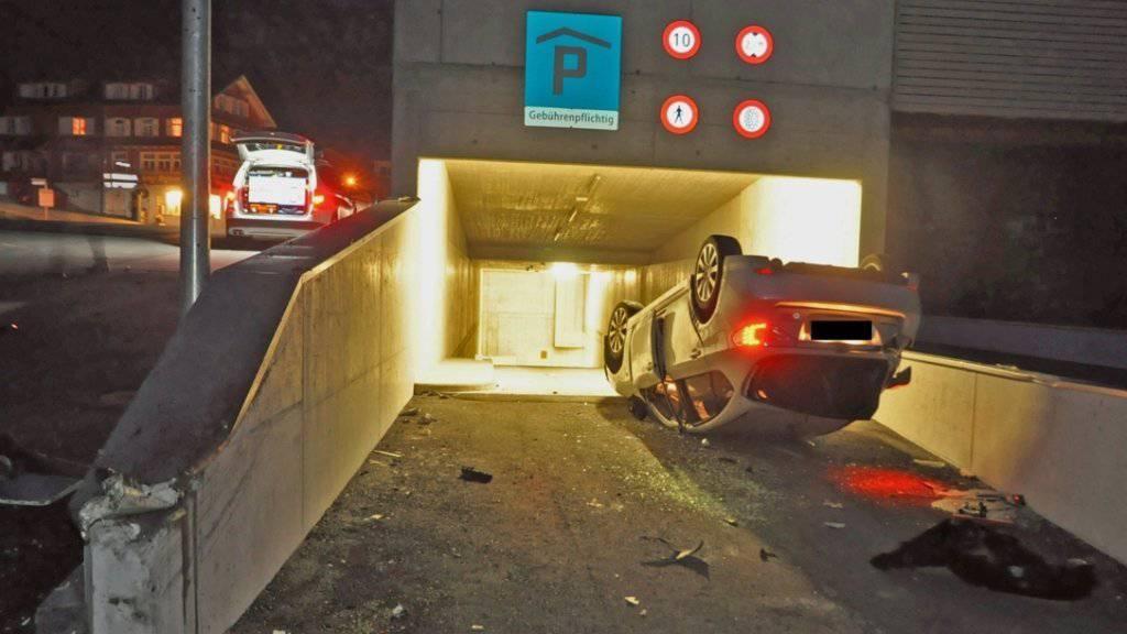 Auch Parkieren will gelernt sein: Ein Junglenker in Liechtenstein überschlägt sich in eine Garageneinfahrt. Immerhin: Die Richtung stimmt!