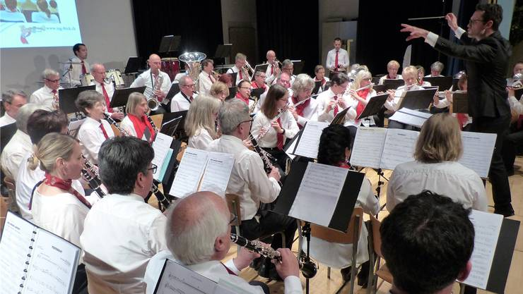 Imposante Klangfülle: Gemeinsam musizieren die Musikgesellschaft und die Bläserklasse der Erwachsenen. Ari