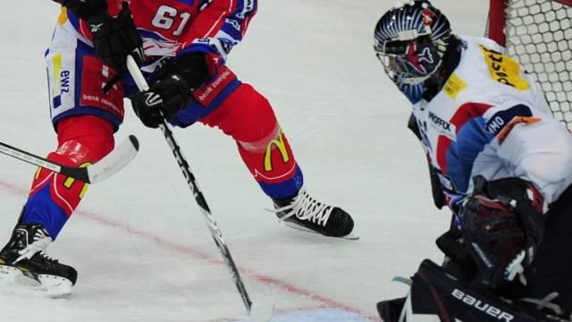 Der Zürcher Alexej Chrutow scheitert an Kloten-Goalie Ronnie Rüeger