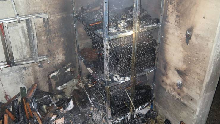 Das Feuer griff vom Holzstapel auf weitere Gegenstände über.