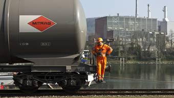 Ein Kesselwagen im Rheinhafen in Muttenz, wo Treibstoff von Schiffen in Züge gefüllt wird.