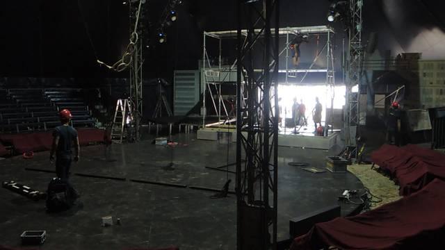Die Handwerker scheuen keine Mühe: So nimmt die Kulisse in der Manege des Circus Monti langsam Formen an.
