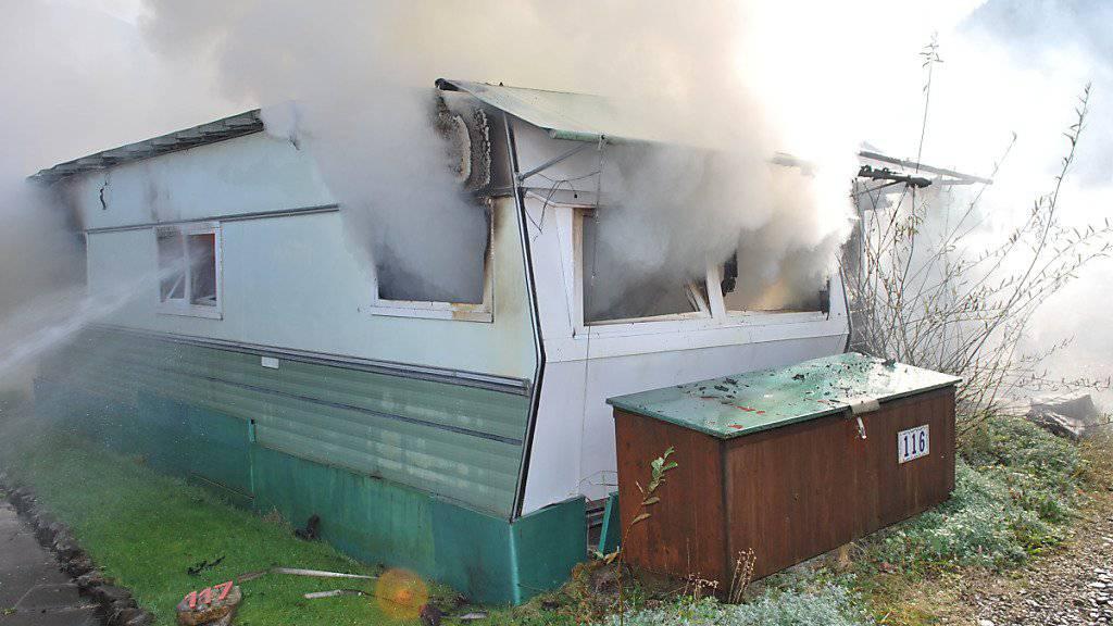 Rauch und Flammen auf dem Campingplatz Flühli LU: Aus ungeklärten Gründen ist dort ein Wohnwagen ausgebrannt.