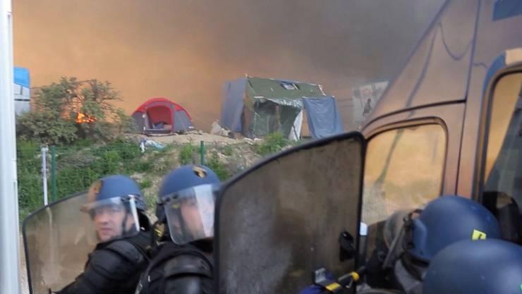 Menschen gingen aufeinander los, Zelte wurden angezündet. Die Polizei schritt ein, um die Ausschreitungen zu stoppen.