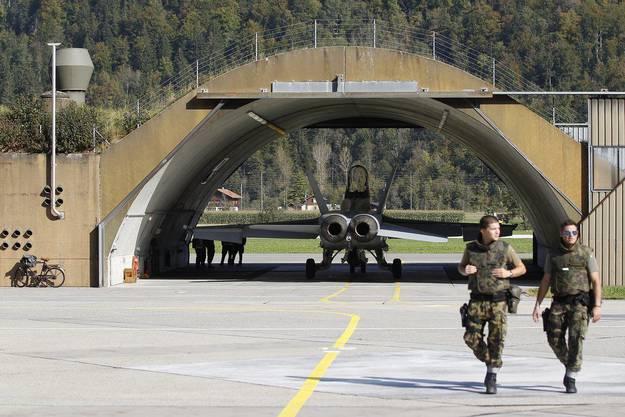 Ein F/A-18-Kampfjet steht vor dem Start in einem Hangar der Schweizer Luftwaffe