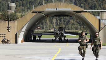 Ein F/A-18-Kampfjet steht vor dem Start in einem Hangar der Schweizer Luftwaffe.