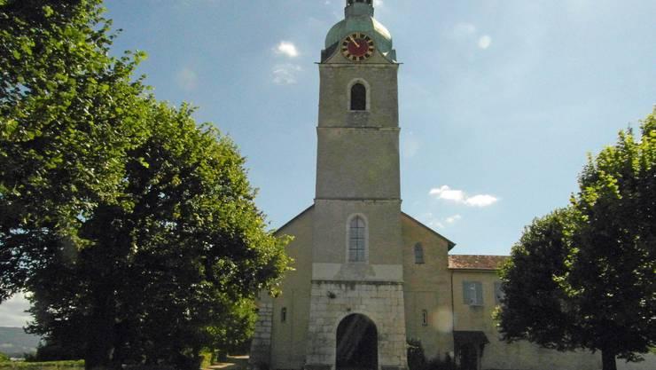 Die Leinwand befindet sich vor dem Eingang der Stiftskirche, die Zuschauerbänke unter den alten Linden.