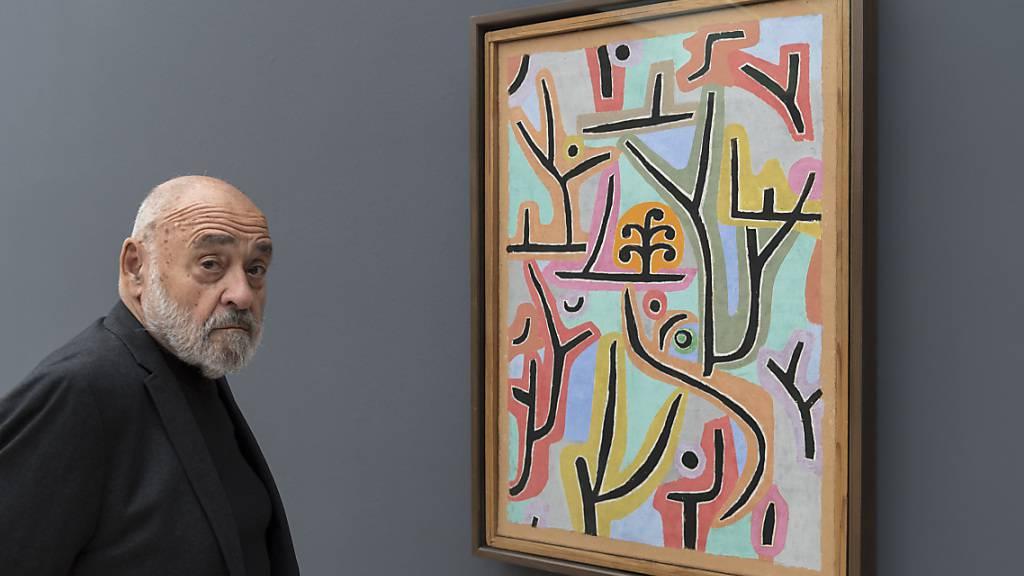 Alexander Klee 2017 vor einem Bild seines weltberühmten Grossvaters Paul Klee in der Fondation Beyeler in Riehen BS.