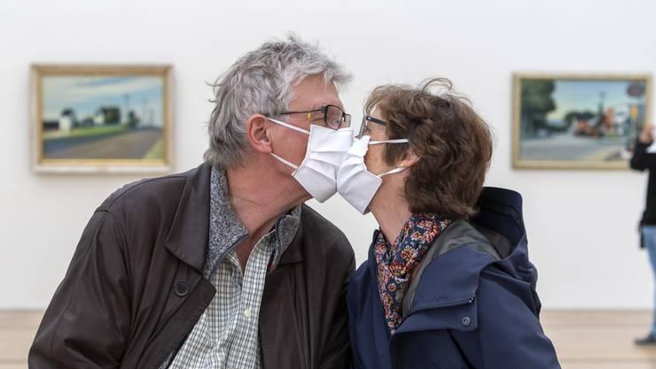 Besucher mit Gesichtsmasken kuessen sich am Tag der Wiedereroeffnung, nach der durch das Coronavirus bedingten Pause, in der Ausstellung Edward Hopper der Fondation Beyeler in Riehen.