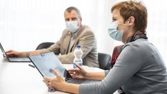 Maskenpflicht im Büro, im Sitzungszimmer, auf den Gängen: Einige Firmen haben heute sehr weitgehende Coronaregeln eingeführt.