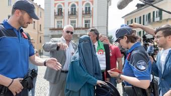 Die Polizei ermahnt Nora Illi, fortan keine Burka mehr zu tragen in Locarno.