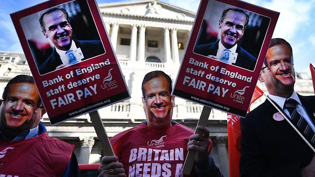 Mehr Lohn - das fordern Notenbank-Angestellte in London.