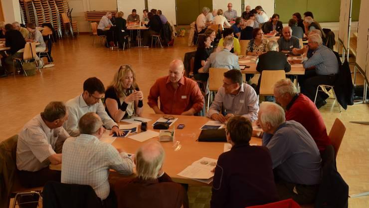 Rund 60 Personen kamen in den Salmensaal, um über die Zukunft des Schlieremer Zentrums zu diskutieren